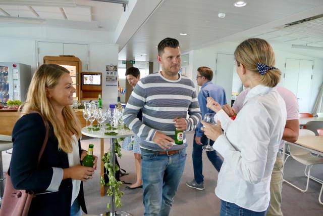 Auch nach dem interessanten Vortrag geht der intensive Austausch zwischen Referenten und Marketingclub Mitgliedern weiter.